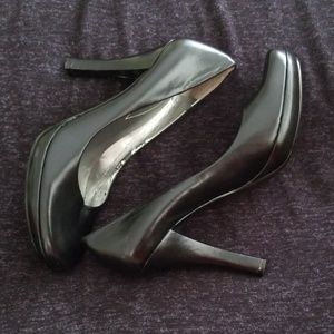 GUESS black leather high-heeled pumps